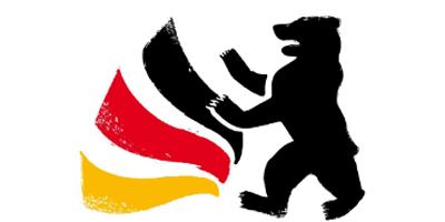 Das Logo des Tag der deutschen Einheit 2016: Ein stilisierter, schwarzer Bär überschneidet sich mit einer wellenförmigen, auffächernden Flagge. Die Flagge ist links, der Bär rechts positioniert. Die Flagge hat die Farben Schwarz, Rot, Gold von oben nach unten. Beides, die Flagge und der Bär zeigen leichte Verschleißspuren. Der Hintergrund ist transparent.